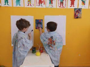 Enfants peinture crèche bilingue