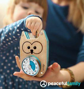 Petite fille habillée en bleu utilise le Bizzy pour gérer son temps d'écran